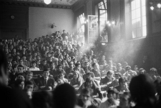 la-sorbona-occupata-all-esterno-la-polizia-attende-oltre-i-cancelli-parigi-maggio-1968-mario-dondero